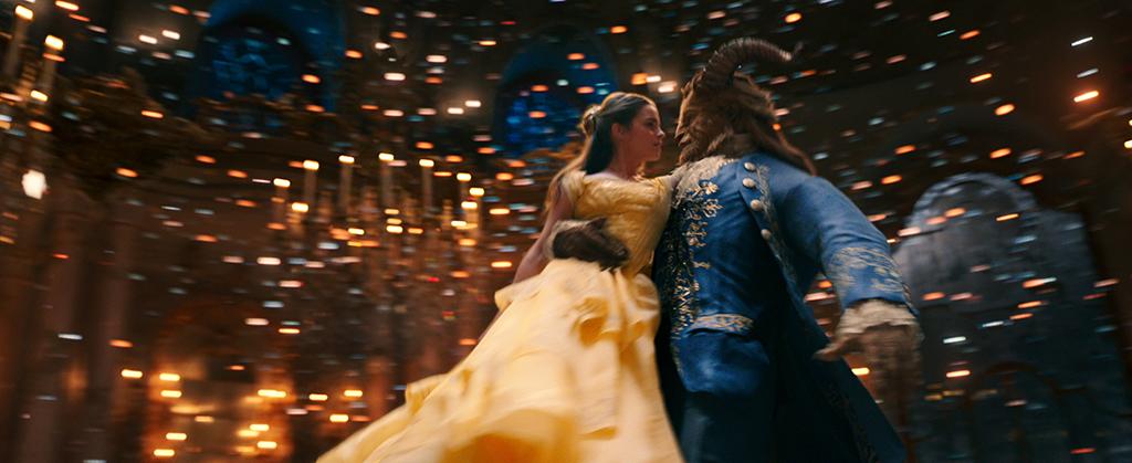 Belle (Emma Watson) beim Tanz mit dem Biest (Dan Stevens)