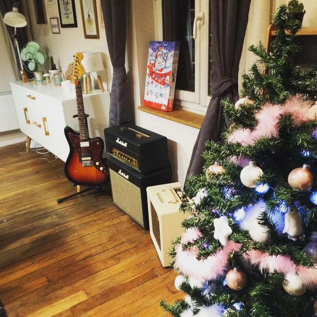 """Bon, mon sapin n'est toujours pas fini... Je cherche notamment un """"truc"""" à mettre tout en haut... En vain ! Si vous avez des idées de magasins, n'hésitez pas ! Sur le blog, je vous dresse la liste des films incontournables de Noël Bonne soirée ! #sapin #Noel #Christmas #christmastree #kinder #homesweethome"""