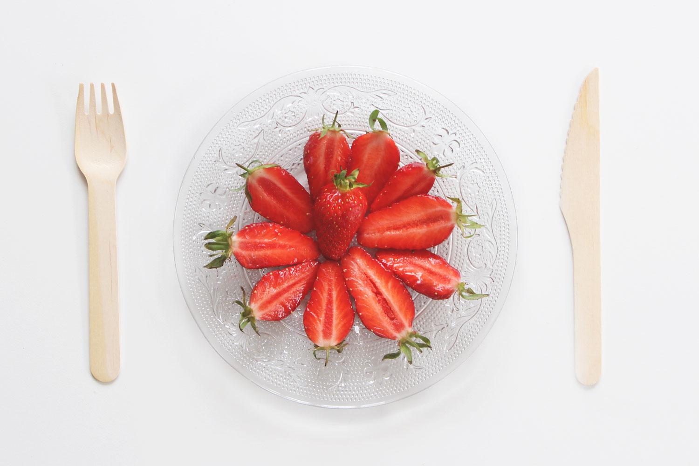 un-blog-une-fille-couverts-bois-plat-fraises